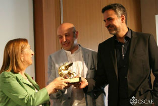 Carlos Quintans and Iñaqui Carnicero receiveng the Golden Lion from the Spain Minister of Public Works